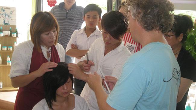 唐总与国际增发大师进行学术交流并组织员工学习